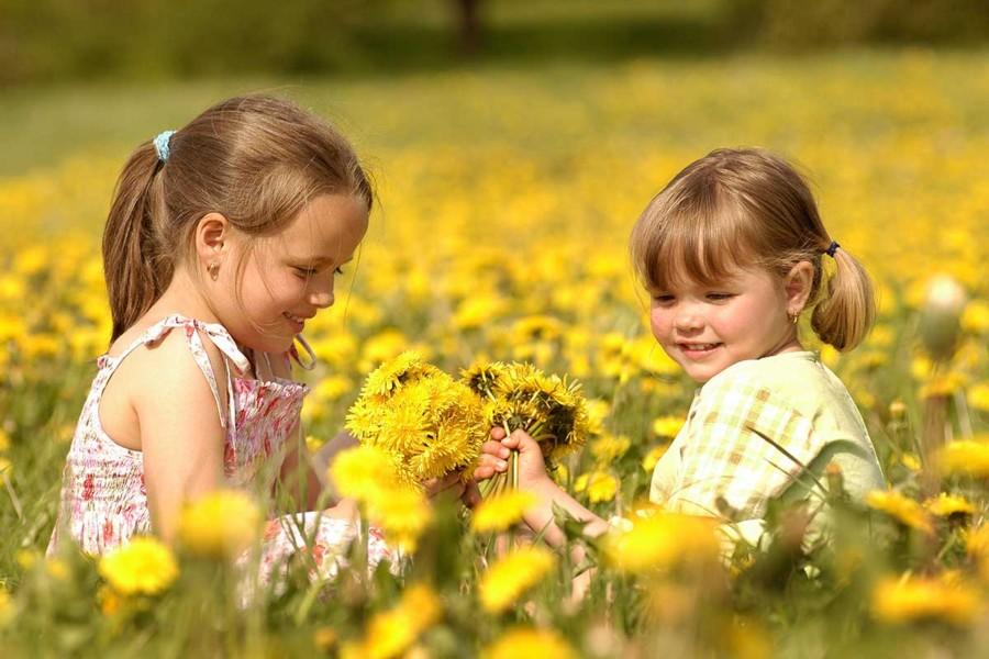 Små barn i blomstereng