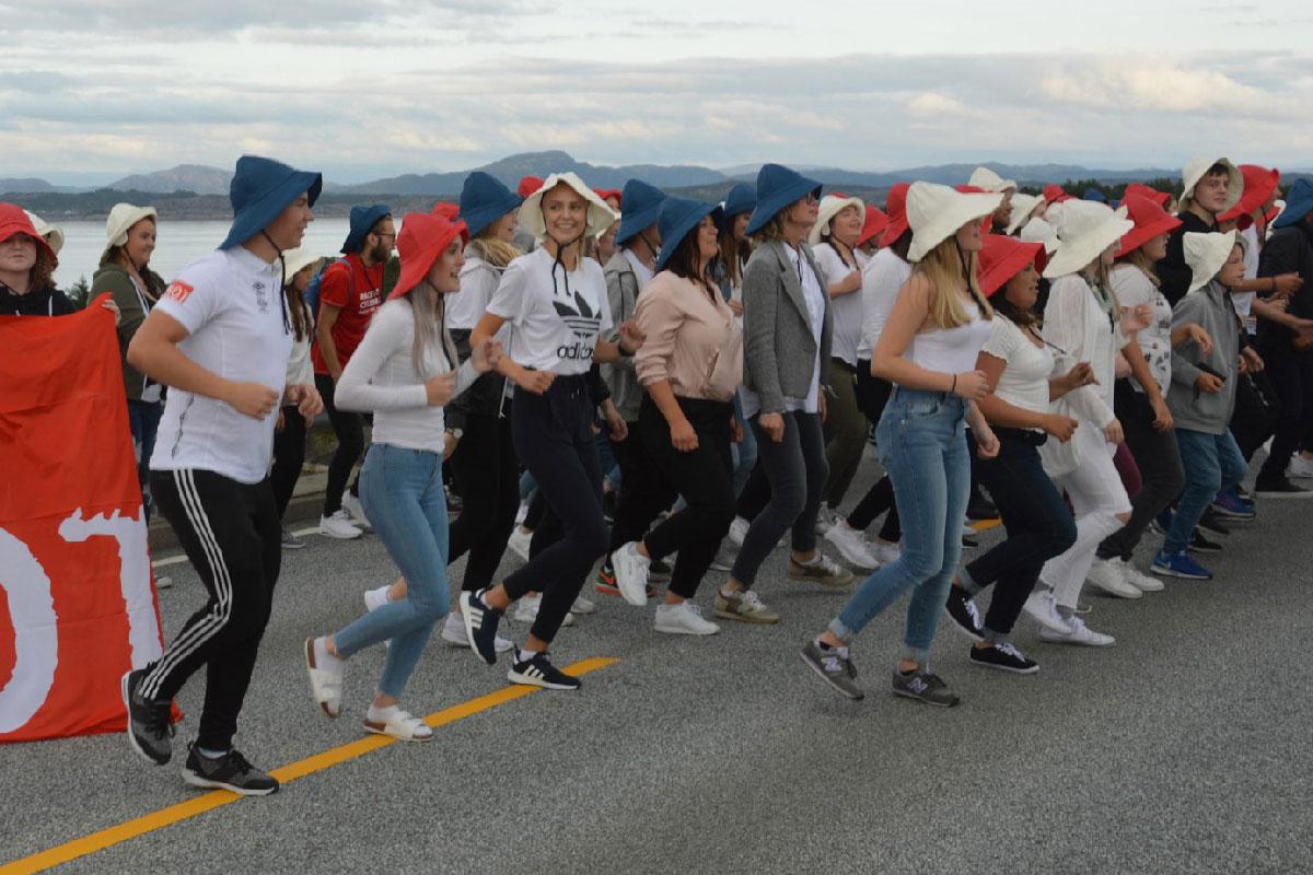 Folk danser på bro