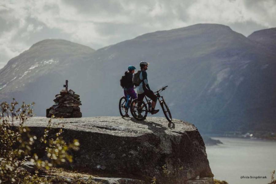 Mennesker på fjellet med sykkel