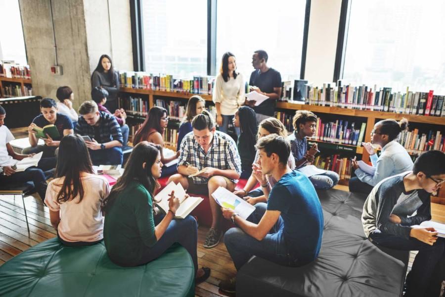 Ungdommer på biblioteket