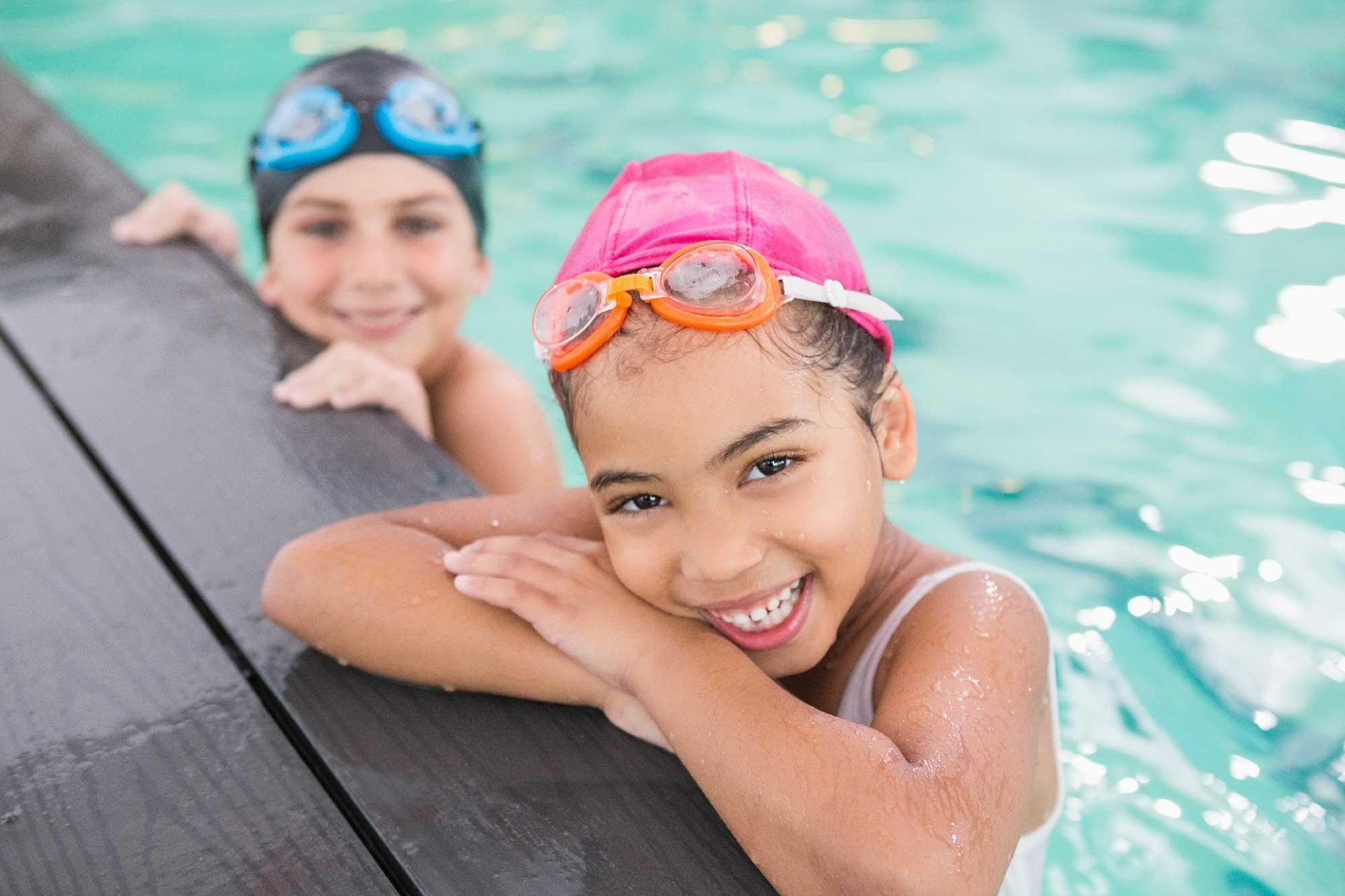 Barn i svømmebasseng