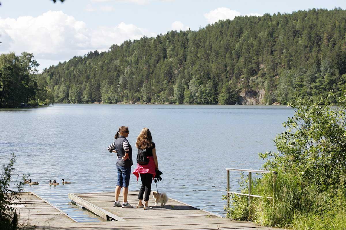 To kvinner ved vann