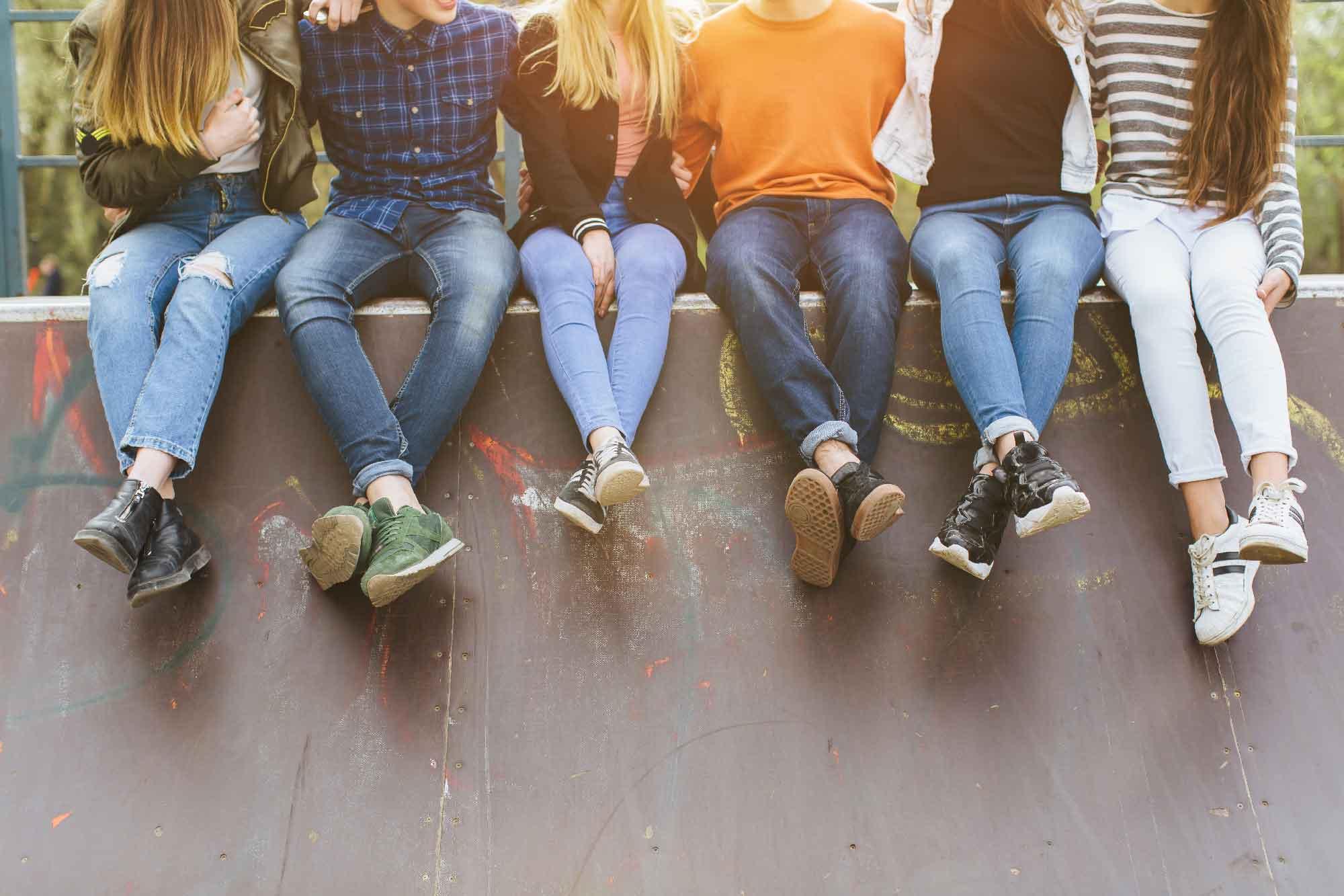 Ungdommer sitter på mur
