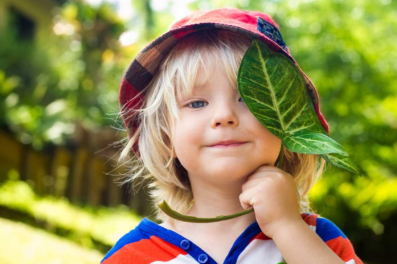 Gutt med blad
