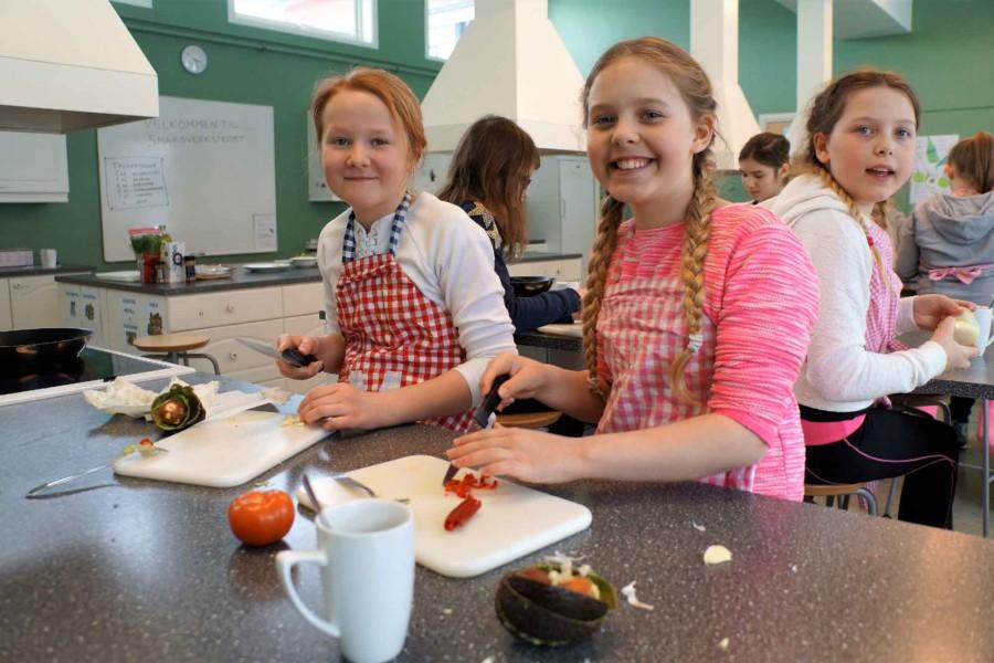 Jenter deltar på matkurs