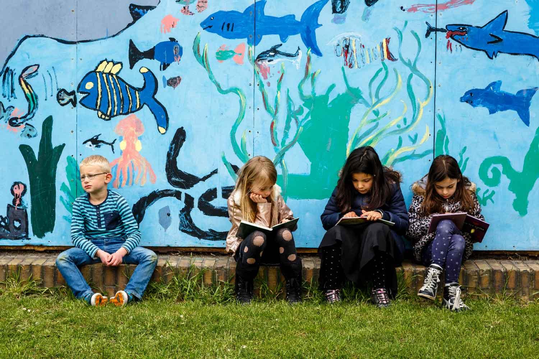 Barn leser ute