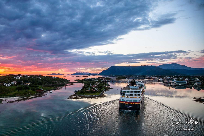 Hurtigruten på fjorden