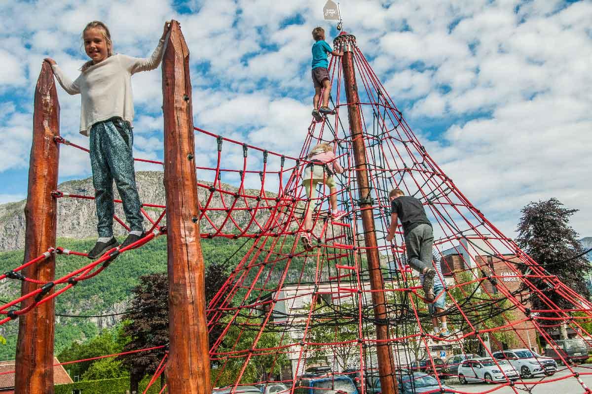 Barn leker i klatrestativ