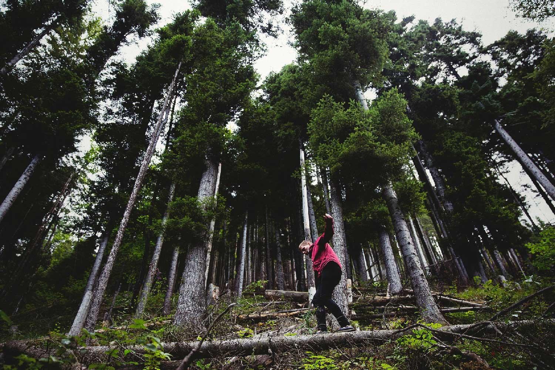 Kvinne i skog