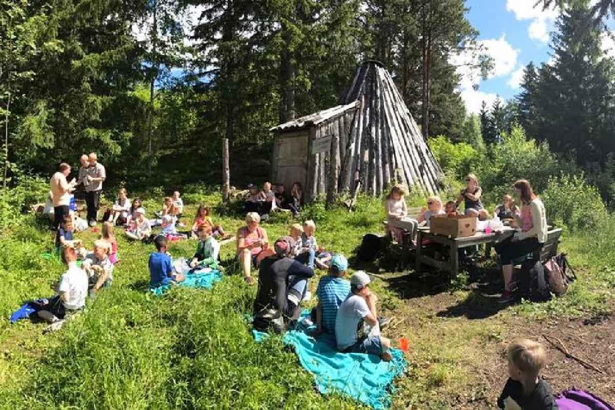 Barn på piknik i skogen