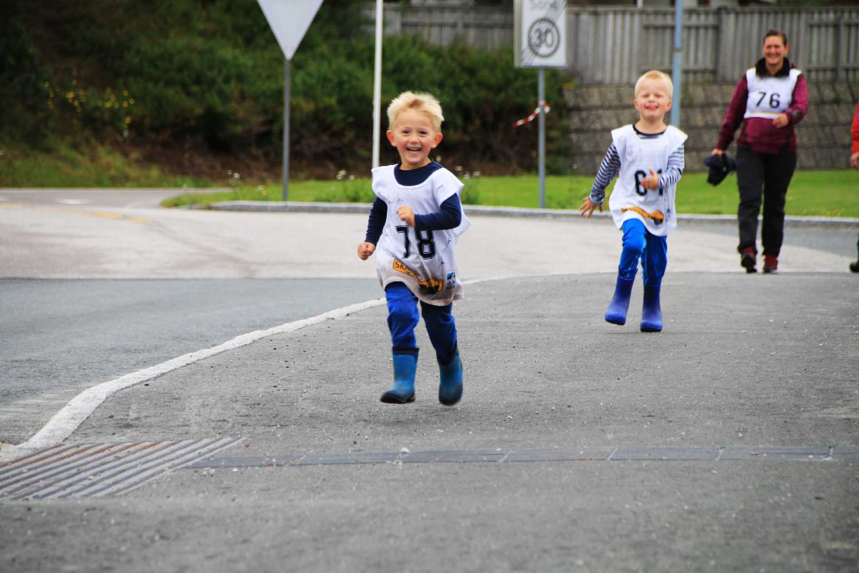 Barn løper i konkurranse