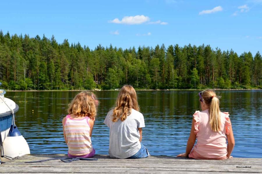 Barn ved vann