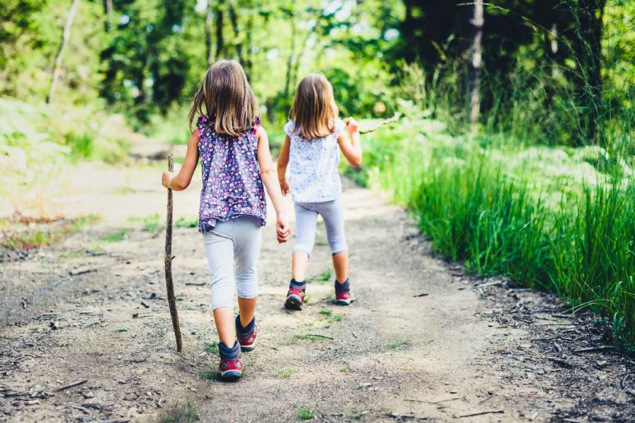 Jenter på tur i skogen