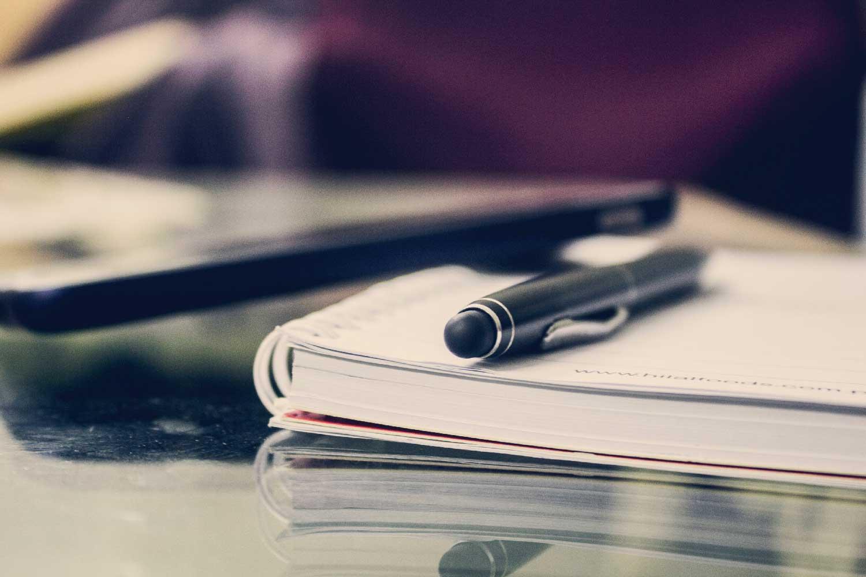Svart pen på papir